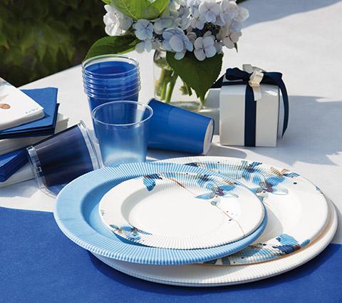 Piatti maxi Blue Flowers 27 cm, confezione da 8 pezzi  La linea tavola Blue Flowers è perfetta per rendere il tuo party originale! Madame Clarì la consiglia per avere un party di successo: qualcosa che si distingue dalla tradizione e dal banale, e che ti permette di sorprendere i tuoi ospiti con una scelta originale e sorprendentemente unica!